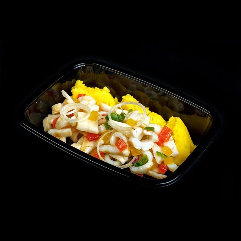 Insalata di calamari alla griglia, mousse di patate e peperoni pressati